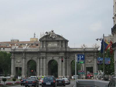 La Puerta de Alcalá es uno de los monumentos más famosos de la ciudad de Madrid; recibe ese nombre porque se ubica en el camino que conducía a la ciudad de Alcalá de Henares.
