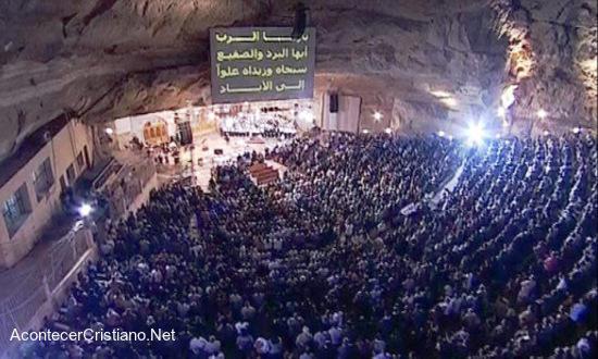 Miles de cristianos adoran a Dios dentro de una cueva en Egipto