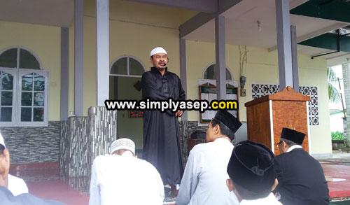 IMAM :  Yang menjadi Imam sekaligus pembimbing suholat Idul Fitri adalah H.Rudyanto Putro yang juga ketua pelaksana pembangunan Masjid Babussalam Duta Bandara. Foto Asep Haryono