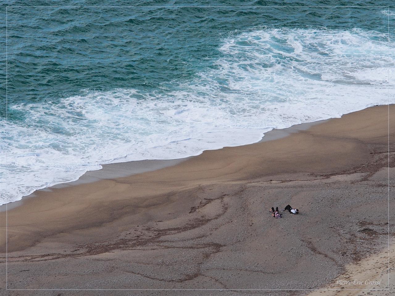 Minuscules amouruex vus de haut sur une plage