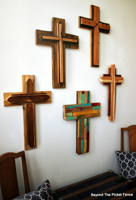 reclaimed wood crosses, rustic decor, salvaged wood, barnwood, build it, http://bec4-beyondthepicketfence.blogspot.com/2016/02/reclaimed-wood-crosses.html