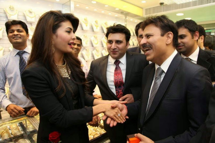 Jacqueline Fernandez interacts with the guests, Jacqueline Fernandez Launches Meena Jewellers in Dubai