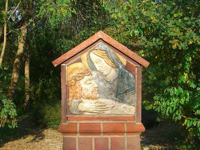 Kunstwerk van Maria met Jezus in haar armen.