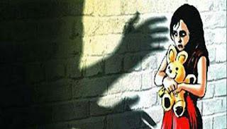54,723 children abducted in India in year 2016: Home Ministry report गृह मंत्रालय द्वारा हाल ही में जारी एक रिपोर्ट को देखते हुए देश के विभिन्न हिस्सों में बच्चों के चोरी हो जाने के डर को बेबुनियाद नहीं कहा जा सकता। गृह मंत्रालय की ओर से जारी वर्ष 2016 के आंकड़ों के अनुसार इस वर्ष भारत से लगभग 55,000 बच्चों अपहरण किया गया। यह आंकड़ा एक वर्ष पहले के आंकड़ों के मुकाबले 30% अधिक है। गृह मंत्रालय की रिपोर्ट में कहा गया है कि भारत में प्रतिवर्ष लगातार बच्चों का अपहरण हो रहा है तथा इसपर उचित कदम उठाया जाना चाहिए.. गृह मंत्रालय की रिपोर्ट के मुख्य तथ्य गृह मंत्रालय की 2017-18 की रिपोर्ट के अनुसार वर्ष 2016 में 54,723 बच्चे अगवा हुए लेकिन केवल 40.4 प्रतिशत मामलों में ही आरोप पत्र दाखिल किए गए। वर्ष 2016 में बच्चों के अपहरण के मामलों में दोष साबित होने की दर महज 22.7 प्रतिशत रही। वर्ष 2015 में ऐसे 41,893 मामले दर्ज किए गए जबकि वर्ष 2014 में यह संख्या 37,854 थी. वर्ष 2017 के आंकड़े अभी पेश नहीं किए गए हैं। गृह मंत्रालय की रिपोर्ट के अनुसार साल 2016 में देश में मानव तस्करी के 8132 मामले दर्ज किए गए। बच्चों के खिलाफ अपराध के 1.06 लाख मामले भी दर्ज किए गए. यह वर्ष 2015 की तुलना में 13.6 प्रतिशत अधिक थे। आंकड़ों पर गौर करें तो वर्ष 2016 में प्रति एक लाख बच्चों में से 24 के खिलाफ अपराध हुए। इन अपराधों में ज्यादातर बढ़ोतरी मानव तस्करी, अपहरण, पोक्सो तथा किशोर न्याय के मामलों में हुई है। पॉक्सो एक्ट क्या है? इसका शाब्दिक अर्थ है, प्रोटेक्शन आफ चिल्ड्रेन फ्राम सेक्सुअल अफेंसेस एक्ट 2012 अर्थात् लैंगिक उत्पीड़न से बच्चों के संरक्षण का अधिनियम 2012. यह एक्ट बच्चों को सेक्सुअल हैरेसमेंट, सेक्सुअल असॉल्ट और पोर्नोग्राफी जैसे गंभीर अपराधों से सुरक्षा प्रदान करता है। इस कानून के तहत अलग-अलग अपराध के लिए अलग-अलग सजा तय की गई है। इस अधिनियम की धारा 4 के तहत दुष्कर्म के मामले में अपराधी को सात साल अथवा उम्रकैद हो सकती है। हाल ही में किये गये संशोधन के तहत 12 वर्ष से कम उम्र के बच्चे के साथ किये गये बलात्कार में मृत्युदंड दिया जाना तय किया गया है।