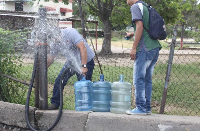 vecinos-hacen-colas-surtirse-agua-la-villa