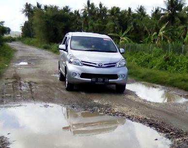 Akses ,Bandara Aroepala, Di Jalan Poros, Tanabau-Padang, Rusak, Berlubang