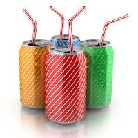 Çeşitli renklerde ve çizgili teneke kutularda içinde pipetler olan içecekler