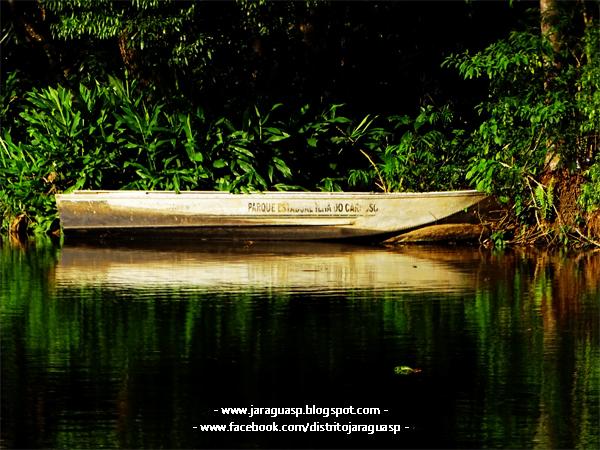 Lago interditado do PEJ com barco da Ilha do Cardoso