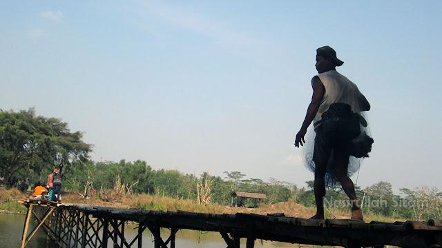 Warga menjaring Ikan di sepanjang Sungai
