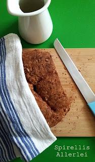 Das Wasser wird mit der Hefe verrührt, dann kommen Mehl und Kerne dazu. Zuletzt gebt ihr dann das Salz und den Essig dazu und verrührt alles zu einem glatten Teig, nicht beunruhigt sein, wenn der noch etwas klebrig ist.  Ich habe so eine runde Auflaufform, ihr könnt aber auch eine Kastenform nehmen. Diese einfach kurz einfetten und eventuell noch mit Semmelbrösel oder Mehl ausstreuen.  Dann den Teig hineingeben und 30 Minuten gehen lassen.  Anschließend habe ich das Brot 30 Minuten mit geschlossenen Deckel bei 200°C Umluft und dann mit offenem Deckel 30 Minuten bei 180°C Umluft gebacken.  Wenn ihr oben drauf klopft, sollte es hohl klingen. Dann ist es fertig :)