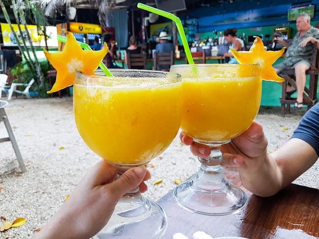Unos zumos de mango en el Bambú Beach Front bar
