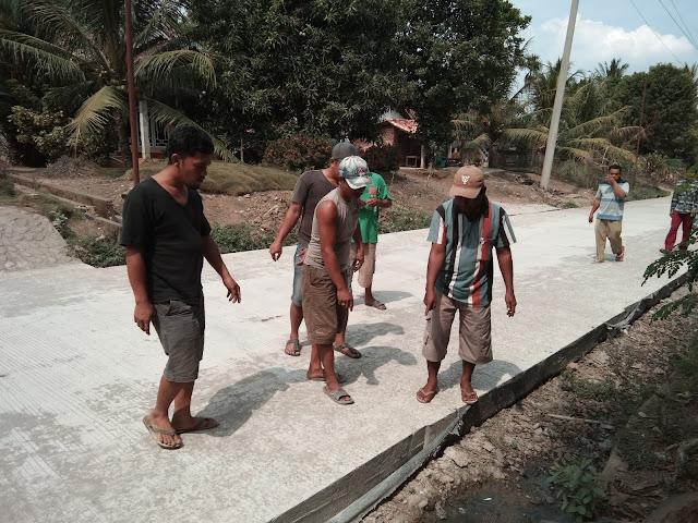 Baru Dicor Jalan Sudah Retak, Warga Desa Tanjung Harapan Kecewa
