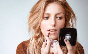 anja-rubik-uses-eye-shadow-as-lip-line