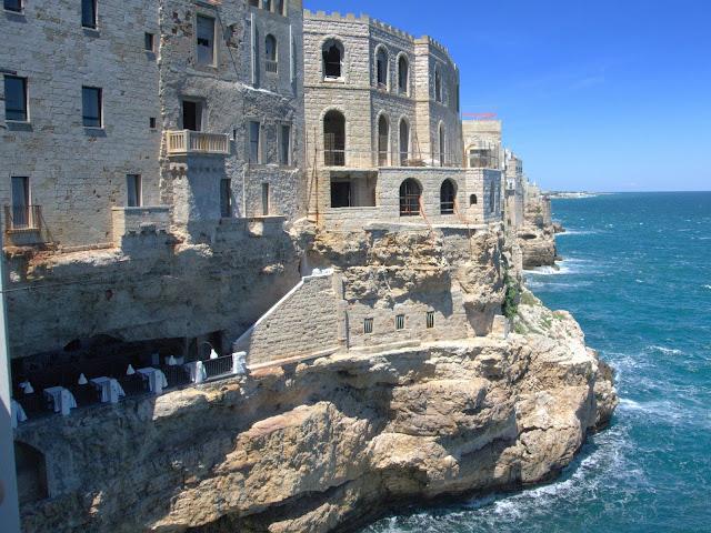 restauracja w skale, jaskinie Polignano a Mare, Włochy,