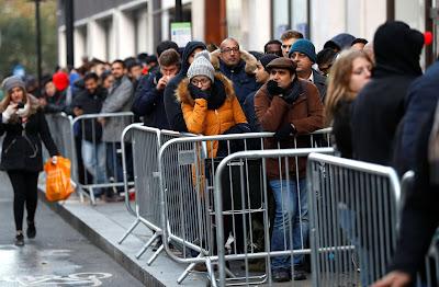 هكذا وقف الآلاف حول العالم للحصول على Iphone x