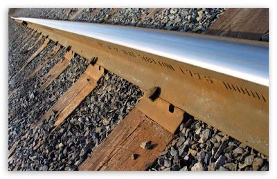 artikel-populer.blogspot.com - Mengapa Rel Kereta Api Banyak Batu Kerikil?