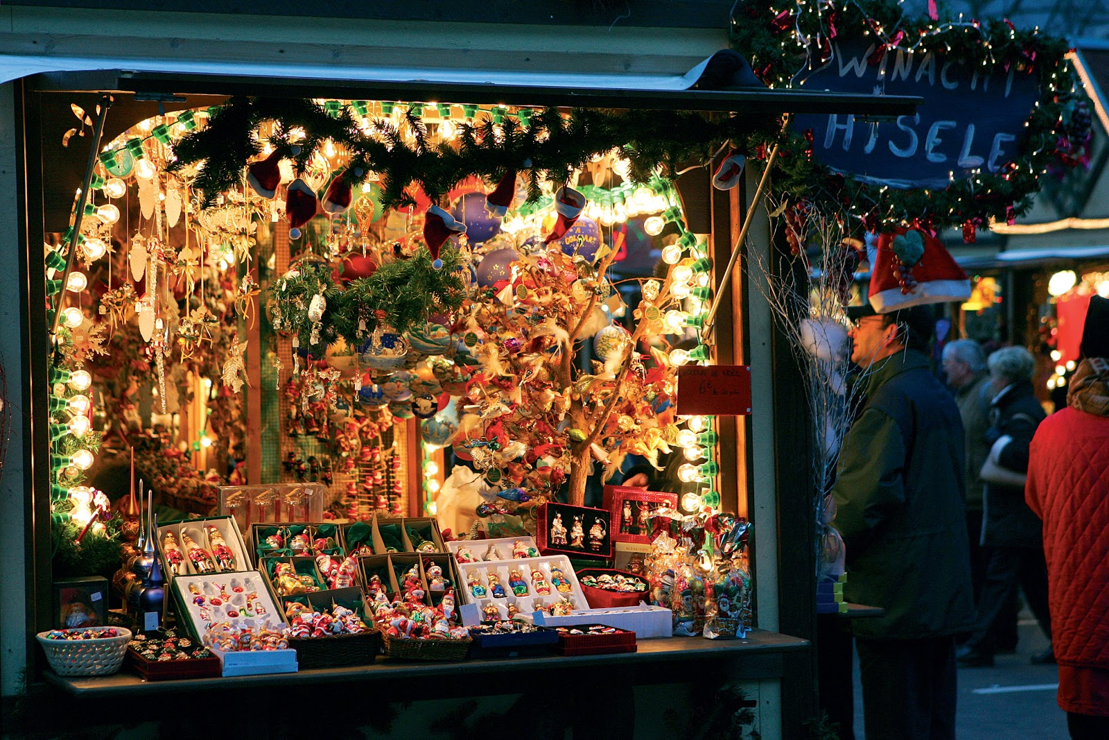 Christmas gifts are plentiful in one of Colmar's Christmas market stalls. © PSN - Betsch.