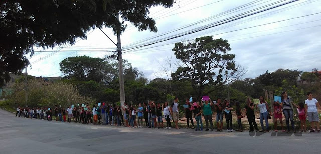 Alunos fazem abraço simbólico em frente a Mata do Raul no Conjunto Cristina