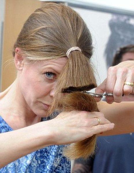 Mungkin ada tiada masa untuk ke salon atau mungkin kekurangan wang bagi  mengupah orang mengunting rambut ce9e53d327