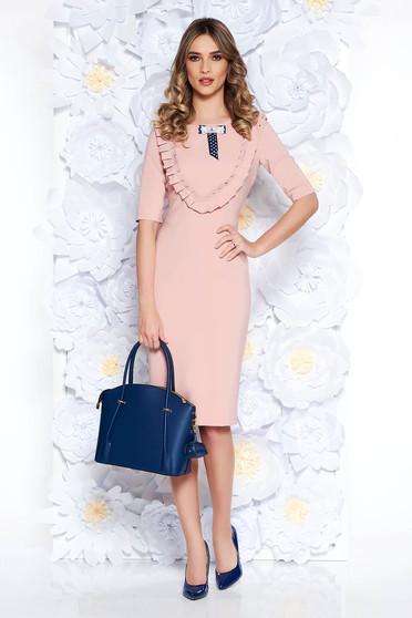 Rochie LaDonna rosa eleganta tip creion din stofa usor elastica captusita pe interior accesorizata cu brosa