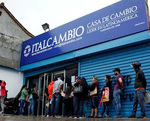 Un viaje de 400 kilómetros por 300 dólares: la odisea de venezolanos que compran divisas en Colombia