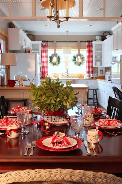 Традиционный новогодний декор белой кухни!