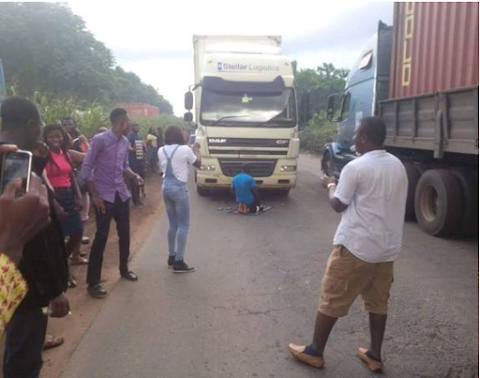 Muslim driver parks truck in the middle of Ore-Ijebu highway to pray, causes major gridlock
