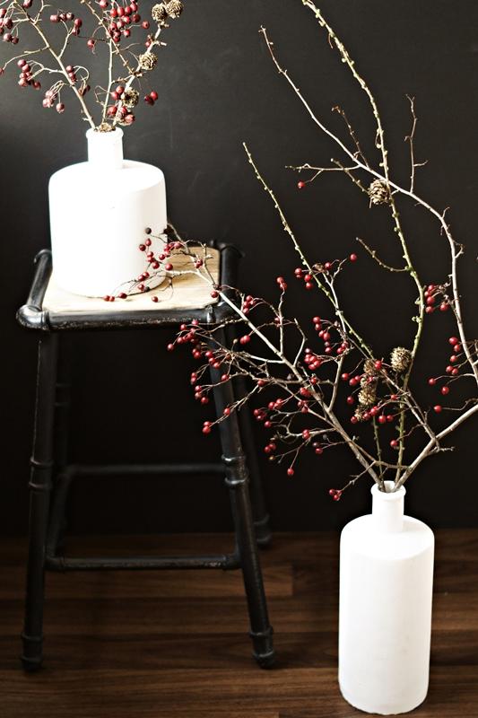Blog + Fotografie by it's me! - weiße Steingutvasen mit Zweigen und einem Hocker