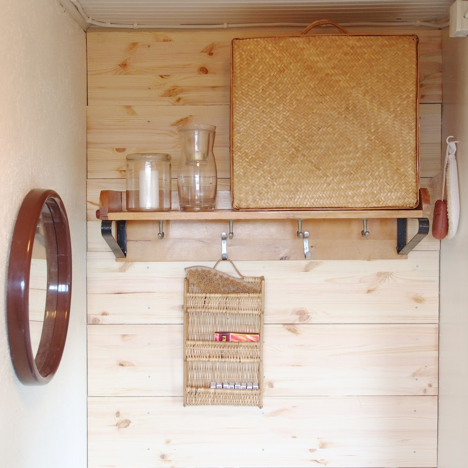 Pieni pukuhuone. Saunan pukuhuone sisustus. Mökin pukuhuoneen kalusteet. Pihausauna. Mökkisauna. Pukuhuone ideoita.