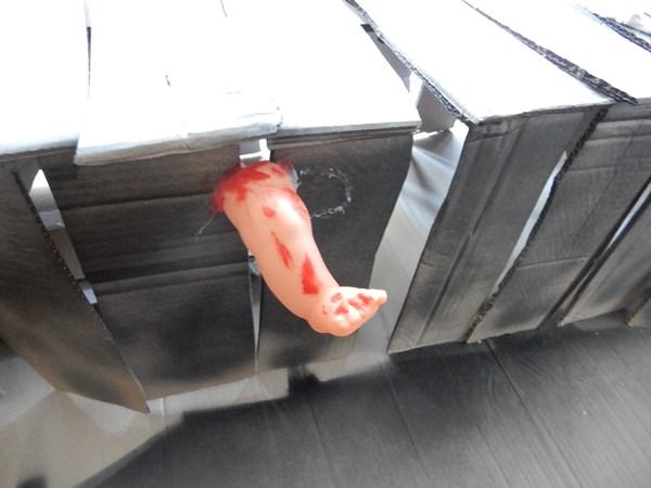 Faux cercueil en carton pour Halloween