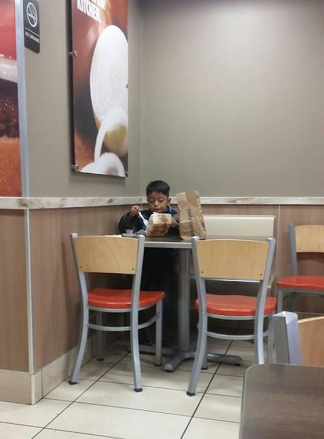 Anak Terlihat Makan Sendiri, Setelah Ditelusuri Ada Fakta Menyedihkan Terungkap