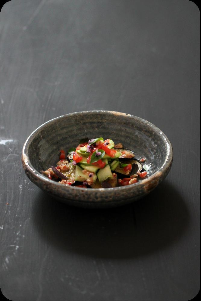 Gebratene Aubergine, marinierte Zucchini mit Basilikum, Tomatenwürfel, Hass-Avocado, Radieschendressing mit Haselnuss (vegan Rezept) | Arthurs Tochter Kocht von Astrid Paul