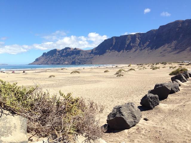 Famara - widok na plażę i klif
