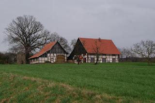 Ein schönes, altes Fachwerkhaus mit rotbraunem Dach.