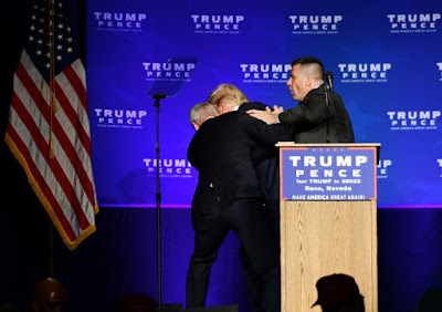 Fotografia de Donald Trump quando foi retirado do palco pelos serviços secretos