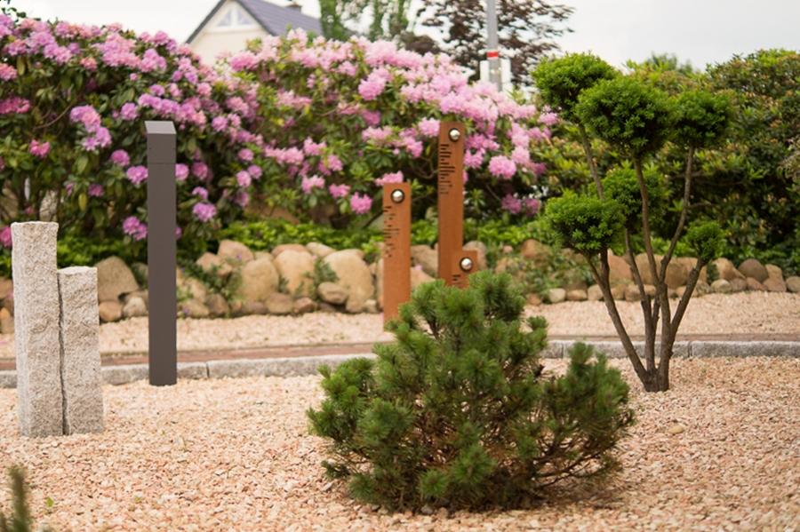 Blog + Fotografie by it's me | fim.works | Ein Garten im Norden | Kiesbeet mit Minikiefer und Steelen