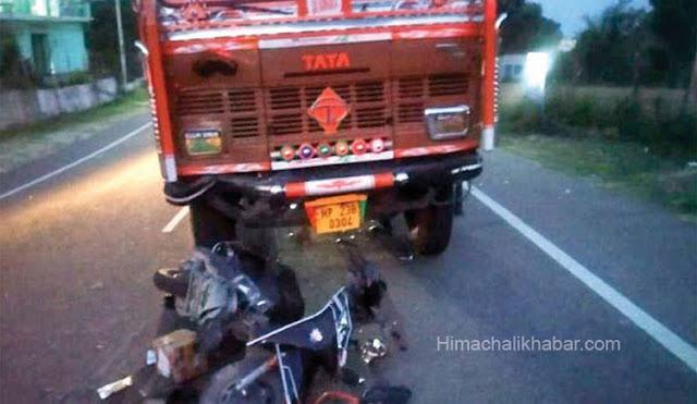 ट्रक की जबरदस्त टक्कर से उड़े स्कूटी के परखच्चे। युवक को मिली दर्दनाक मौत