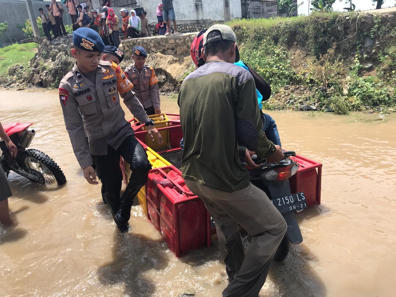 Personel Yon C Pelopor Sat Brimob Polda Sulsel Bantu Kelancaran Lalin di Pammana
