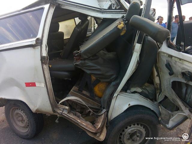 Acidente entre Carreta e Kombi deixa um morto na PB-044 em Caaporã