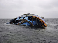 Dihantam Ombak, Perahu Tradisional Terbalik Di Pelabuhan Tanjung Mas