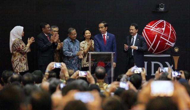 Presiden Jokowi, Ketua OJK, Menteri BUMN, Menteri Koordinator Perekonomian Dirut BEI Tito Sulistio dan Gub DKI Djarot menghadiri pencatatan KIK EBA Jasa Marga di Bursa Efek Indonesia, Kamis (31/8)