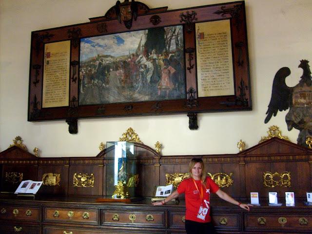"""Kaplica królewska w katedrze w Granadzie. Z reprodukcją obrazu Francisco Padilla """"La rendición de Granada"""" (Poddanie się Grenady) (1882)"""