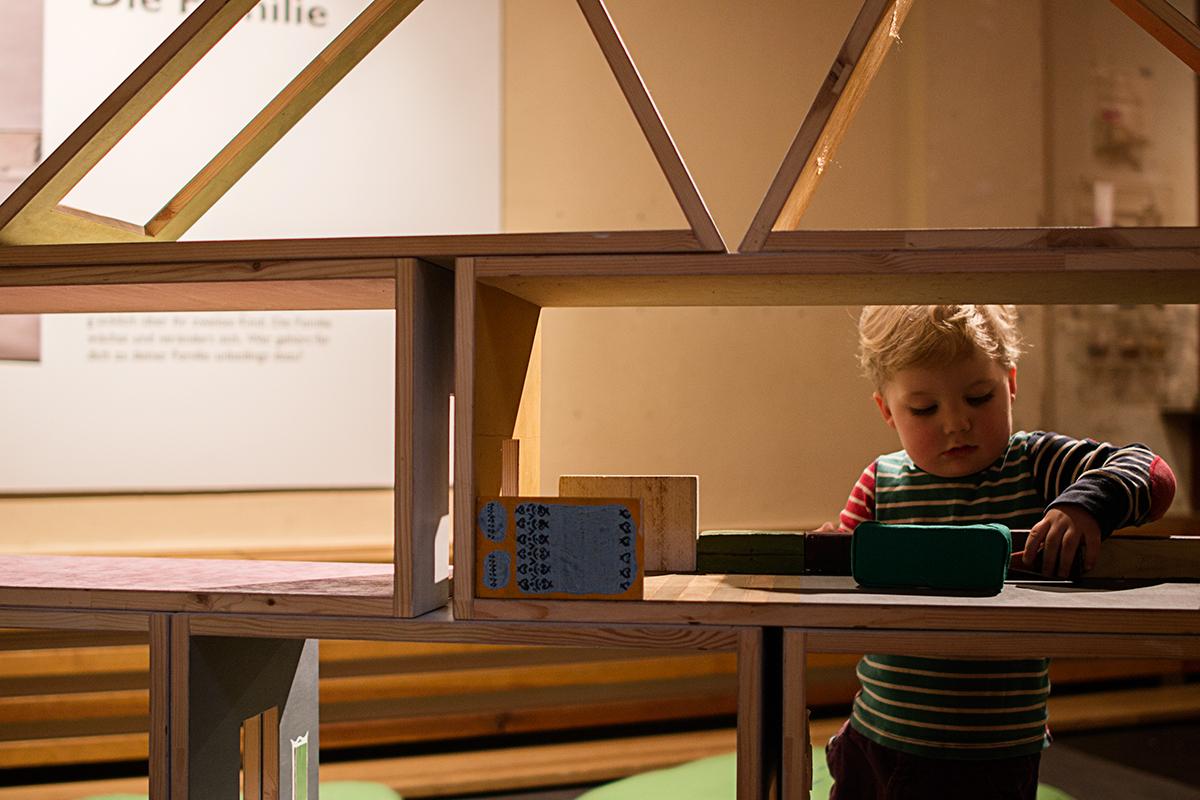 MACHmit! är ett museum om och för barn i Berlin. Bland annat kan man möblera jättestora dockskåp.