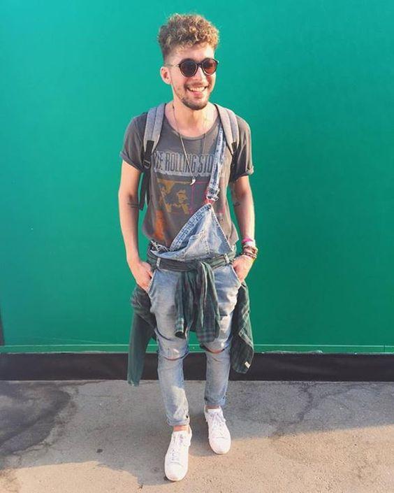 Look Masculino Camiseta de Banda, Macacão Jeans e Tênis Branco