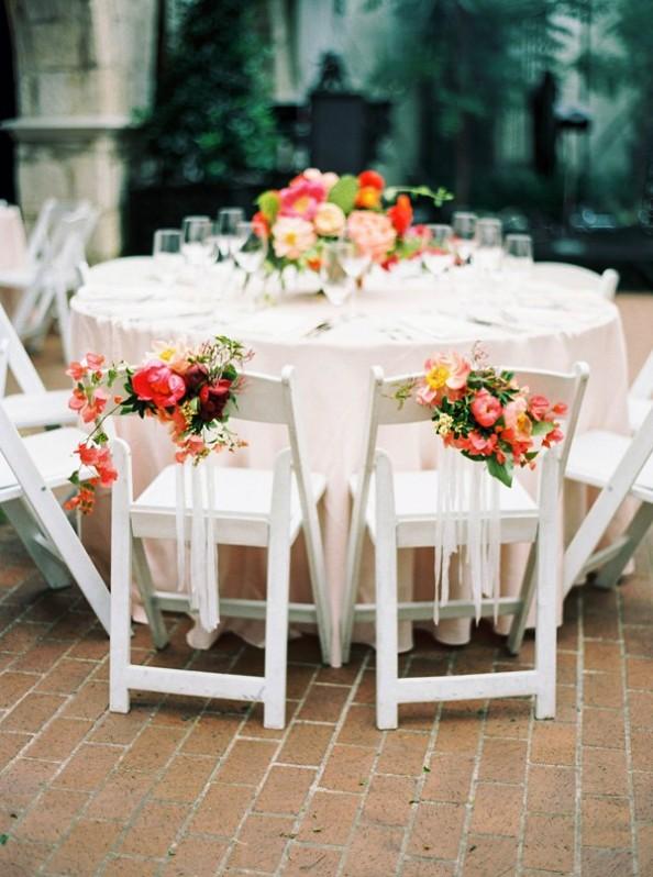 ramos de flores en las sillas de los novios chicanddeco