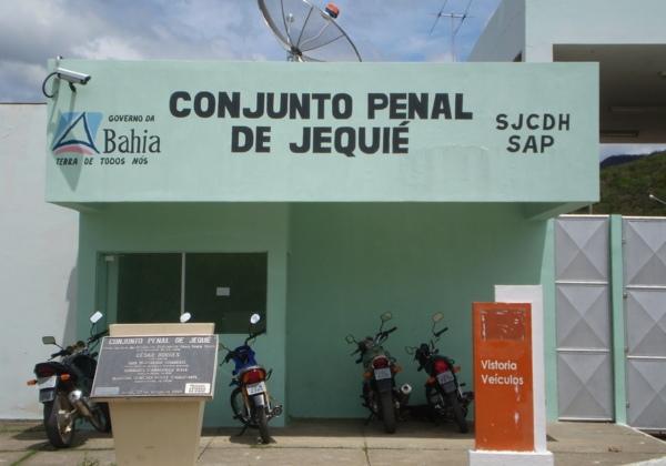 A frente do conjunto penal de Jequié na Bahia, tem quantro motos estacionadas na frente, com paredes verde claro.