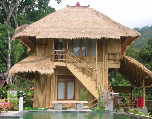 Kita bakal mulai di bagian luar ruang rumah dalam desain rumah bambu minimalis. Pagar jadi satu diantara eksterior yang dapat kita buat dari bambu. & Contoh Desain Rumah Bambu Minimalis Modern Terbaru