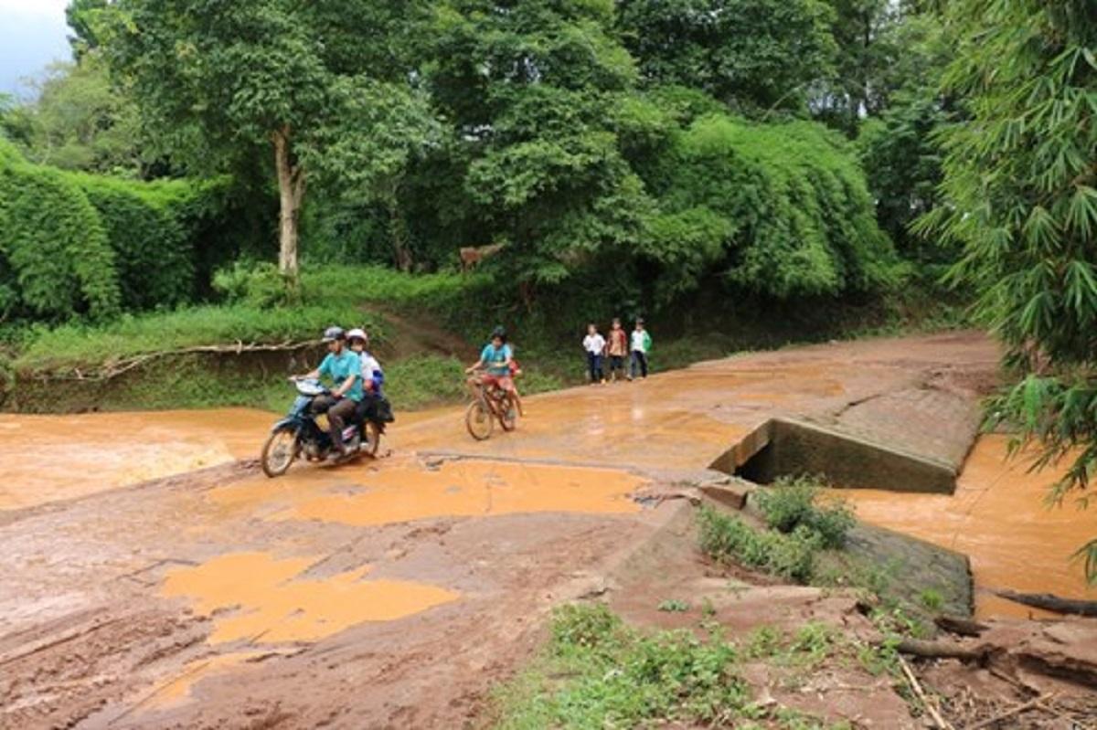 Gia Lai: Con đường nhọc nhằn tới trường của học sinh vùng sâu vào mùa lũ