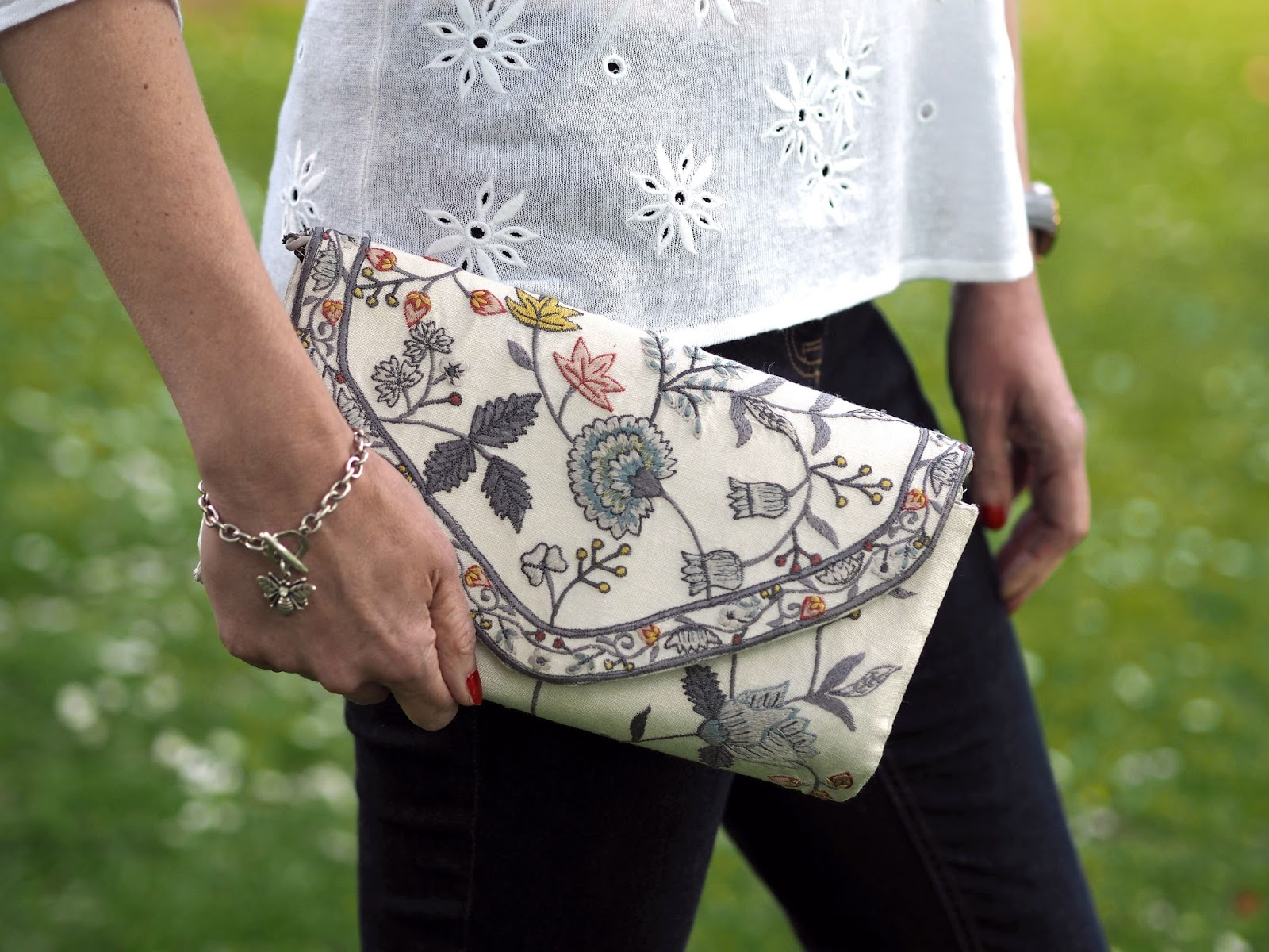 What-Lizzy-Loves-white-daisy-embroidered-linen-top-skinny-jeans-flower-embroidered-espadrilles-clutch-bag