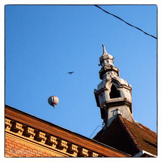 Hőlégballon, repülő galamb és egy szegedi háztető